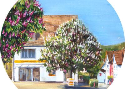 Blühende Kastanienbäume im Dorf